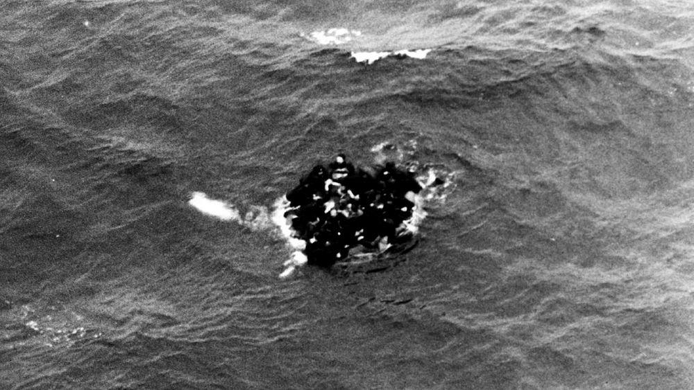 Atomubåten Komsomolets sank ved Bjørnøya 7. april 1989. Her ser vi overlevende ubåtmannskaper som klamrer seg til en livbåt.