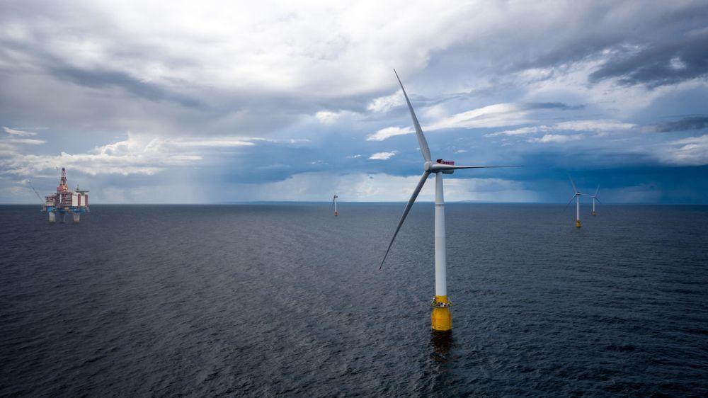 """Slik kan offshore-felt for olje- og gassutvinning bli. Muligheten for å forsyne oljeplattformer med strøm fra flytende vindturbiner utredes nå. Fire norske fagmiljøer gjør i tillegg sitt for at det skal bli mulig å lagre overskytende vindkraft som hydrogen til havs – et grønt """"batteri"""" for bruk på vindstille dager."""