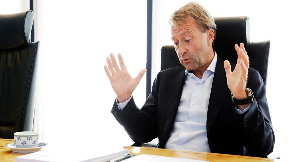 Avfallsinvestor Bjørn Rune Gjelsten er lei av å vente på regjeringen. Nå stanser han arbeidet med å etablere nytt deponi for farlig avfall i de gamle kalkgruvene i Brevik i Telemark.