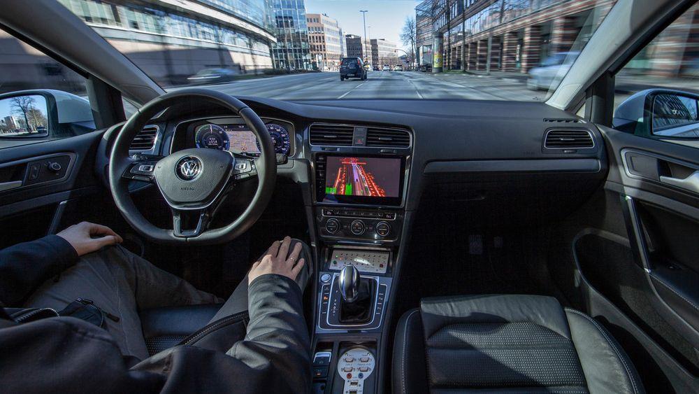 Før første gang tester VW autonom kjøring på nivå 4 i en storby. Med 11 lasere, sju radarer og 14 kameraer ombord.