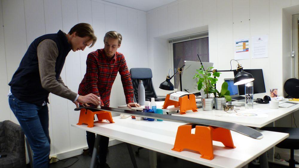 Gründerne Espen Hinsch (t.v.) og Brage Eriksen i HappyNorwegian har patentert en smørebukk.