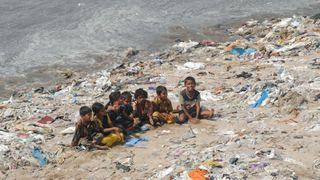 Plastforurensing på Versova Beach i 2010.