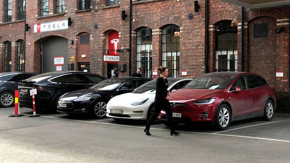 Med over 5300 registrerte Model 3 i mars måned satte Tesla ny norsk rekord i antall registreringer. Men det gikk litt for fort i svingene. Her står leveringsklare Teslaer parkert utenfor utleveringsstedet på Lillestrøm 28. mars i år.