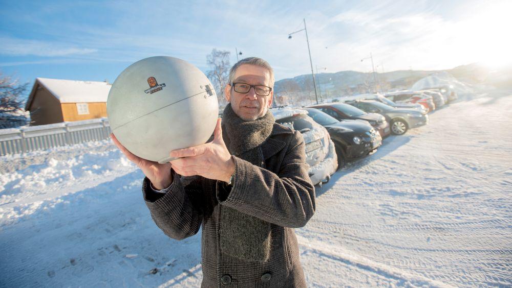 Gunnar Vist viser frem den tredje utgaven av sendekulen som de kaller neurons. Etter et besøk i India i januar fikk de en avtale med et stort energiselskap i landet.