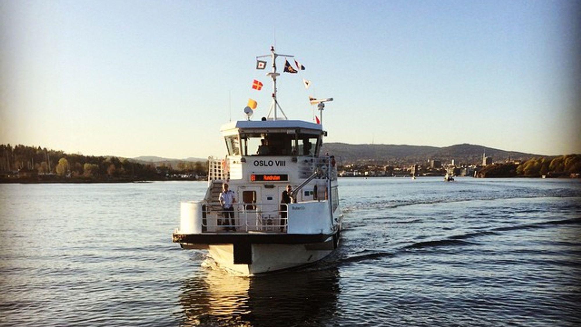 De små fergene som trafikkerer Oslo indre havn ble i 2017 lagt ut på anbud med krav om nullutslipp. Samlet går imidlertid ikke klimagassutslippene fra offentlige innkjøp ned.