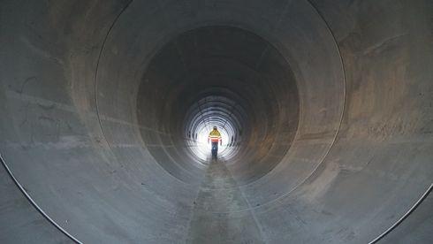 Her ser du det største betongrøret som noen gang er brukt på et veiprosjekt i Norge