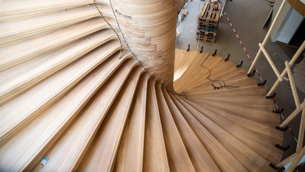 Kurver: Den skulpturelle utformingen minner om en vifte som folder seg ut. Det er kun trappenesene som er rette i stablekonstruksjonen.