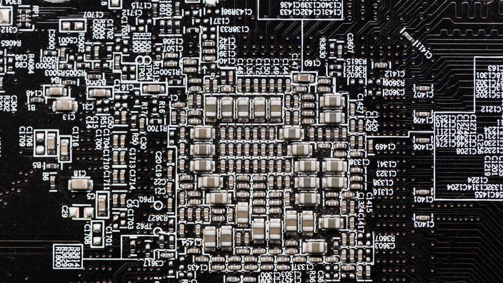 Moderne elektronikk kan ha kretskort utstyrt med store mengder små, keramiske kondensatorer av den typen som er omtalt i saken. Elektronikkdistributøren Farnell advarer om mangel på MLCC.