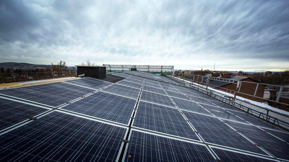 Borettslag og sameier kan få bedre insentiver til å installere solcelleanlegg når NVE oppdaterer regelverket neste år.