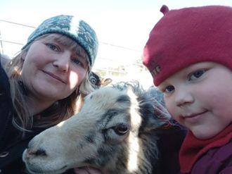 Fredag var små og store i Fjellsøya barnehage på jakt etter påskeegg. Her er Linda Skeide sammen med Trude og sauen Elsa.