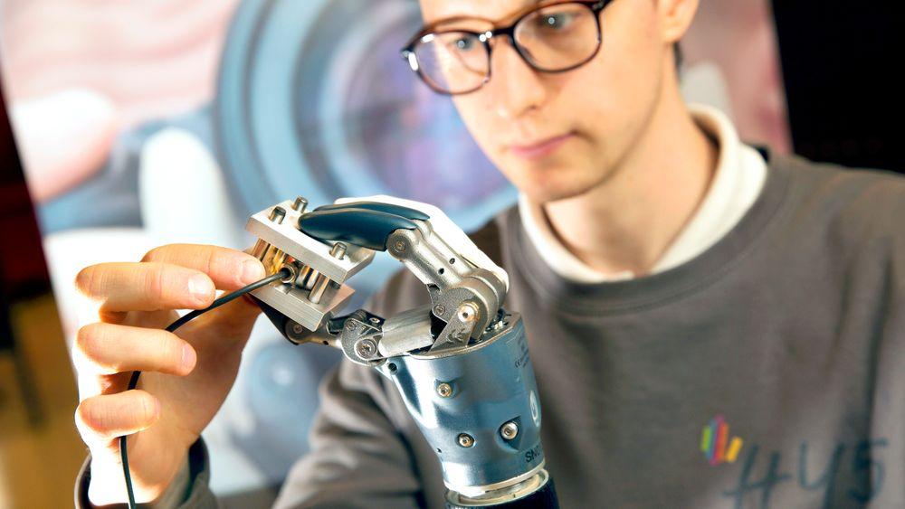 Her gjør systemingeniør Anders Ulstad service og vedlikehold på en protese fra en kunde. Det gir viktig informasjon om hvilke komponenter som slites, hvordan de slites og dermed også informasjon om hvordan designet kan forbedres.