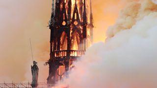 Notre-Dame-katedralen i Paris ødelagt i en voldsom brann