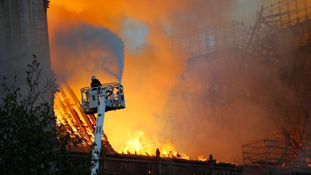 Over 400 brannfolk er på stedet. Slokningsarbeidet er svært vanskelig. Nødetatene opplyser at de ikke vil bruke brannhelikopter av frykt for at det vil føre til enda mer skade på bygningen.