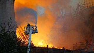 Franske myndigheter: Uvisst om Notre-Dame kan reddes