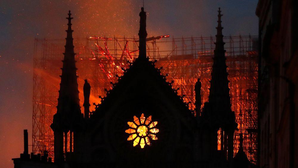 Flammer og røyk stiger opp fra katedralen Notre-Dame i Paris mandag kveld. Brannen spredte seg raskt, muligens på grunn av reisverk i tre. Etter fem timer hadde brannmannskapene kontroll over brannen.