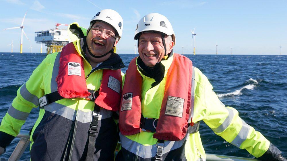 Olje- og energiminister Kjell-Børge Freiberg (Frp) (t.v.) under åpningen av Arkona havvindpark i Tyskland. Her er han sammen med Equinors styreleder Jon Erik Reinhardsen.