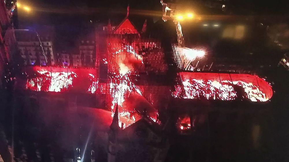 Dette bildet viser restene av taket som brenner under gårsdagens brann i Notre Dame. På bildet kan det se ut som om taket ikke er fullstendig kollapset, men foreløpig er det ikke kommet informasjon om hvilke skader innsiden av kirkerommet er påført.