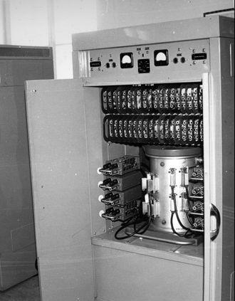 Ett av skapene til den elektroniske regnemaskinen Fredric med dørene åpne. Blant annet vises den sylinderformede trommelhukommelsen til maskinen.