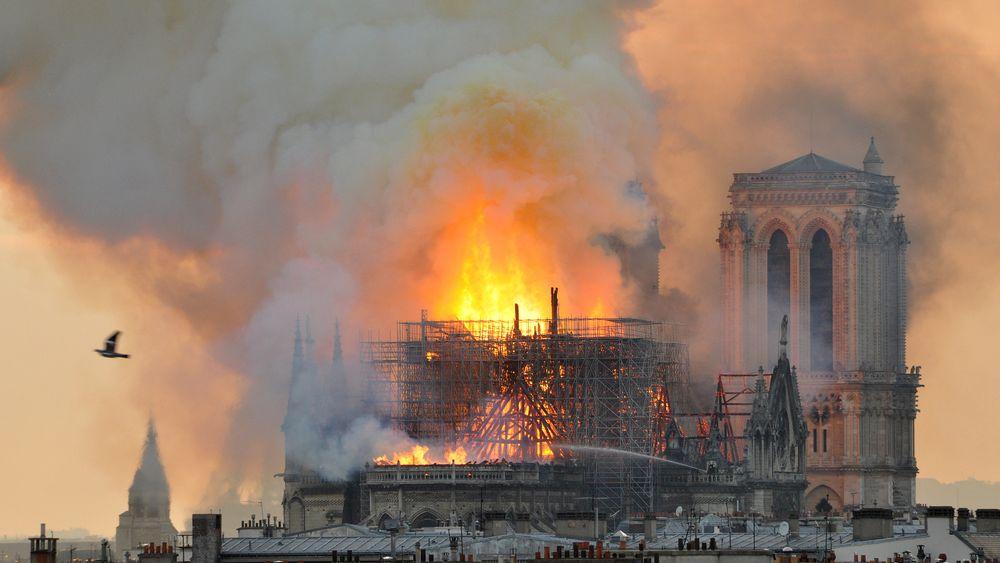 Røykgasseksplosjoner kan ha bidratt til å gjøre brannen i Notre-Dame så voldsom som den ble.