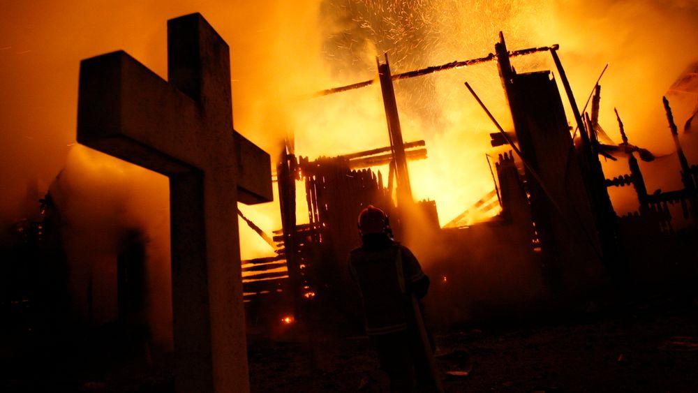 Mange norske kirker har ikke automatisk slokkeanlegg eller brannvarsling. Her brenner Hønefoss kirke ned til grunnen i 2010.