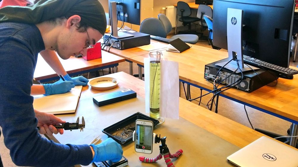 Johannes Sørby Heines jobber med mobilforsøkene. Lisens: CC BY 4.0 (http://creativecommons.org/licenses/by/4.0/deed.no)