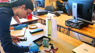 Nå kan studenter finne jordas tyngdeakselerasjon, lydhastigheten i luft og jordas magnetfelt ved hjelp av mobiltelefonen