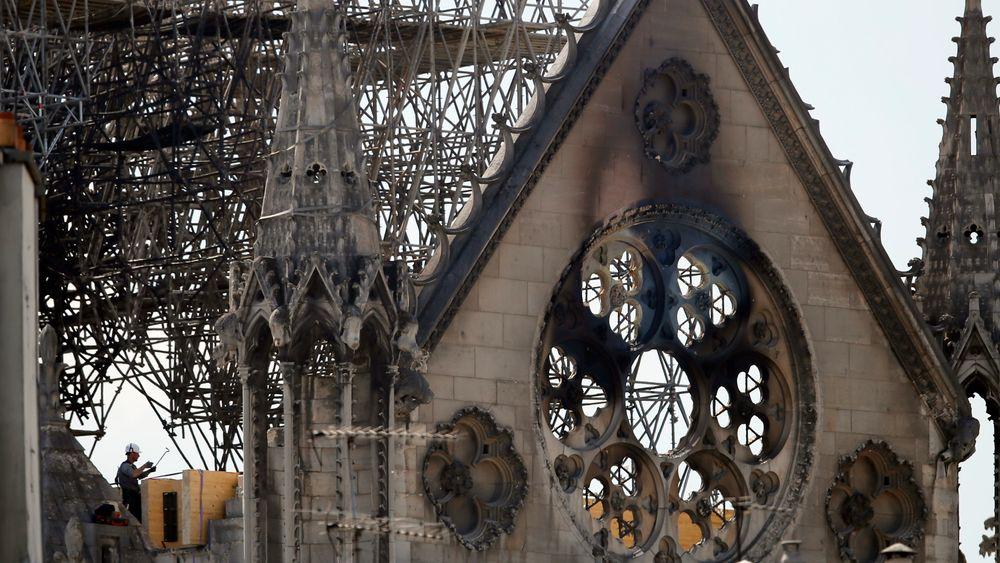 Brannen oppsto sannsynligvis på kirkeloftet, som består av en skog av eikepilarer. Taket var under restaurering.