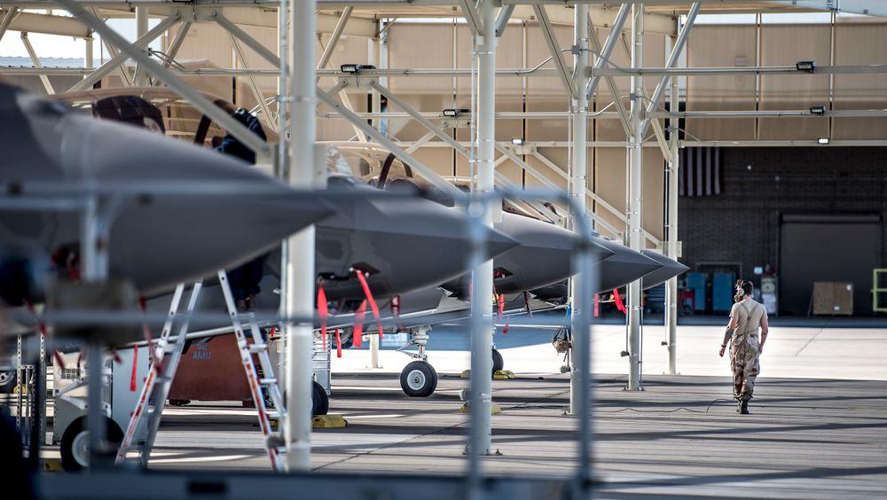 Forsvarets kjøp av kampfly har blitt mange milliarder kroner dyrere, og ekstraregningen vil gå ut over resten av forsvaret, mener en forsker ved Sjøkrigsskolen. På bildet ses F-35 kampfly på Luke Air Force Base i Arizona i USA,  6. desember 2017.