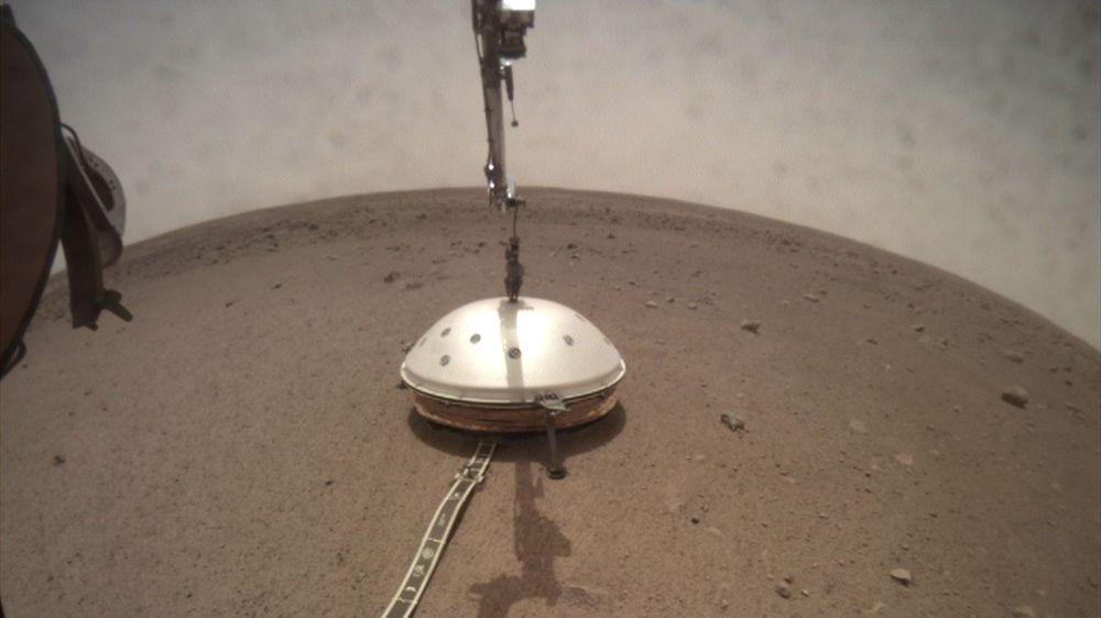 Under skjoldet til romfartøyet Insight ligger instrumentet som har oppdaget det som kan være tidenes første kjente «marsskjelv».