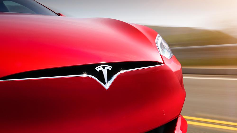 Tesla oppgraderer bilene sine med lengre rekkevidde.