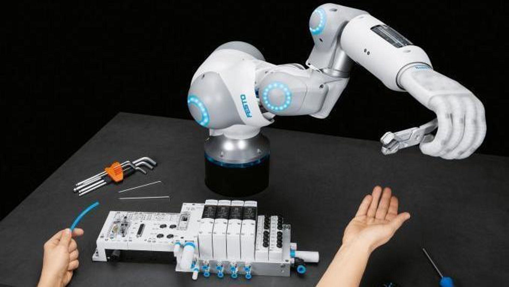 Programvare skal gjøre prosessene raskere og enklere, sier Christopher Haug fra Festo. Men helt grunnleggende er det «motion» som Festo selger. Som denne; en kollaborativ robot.