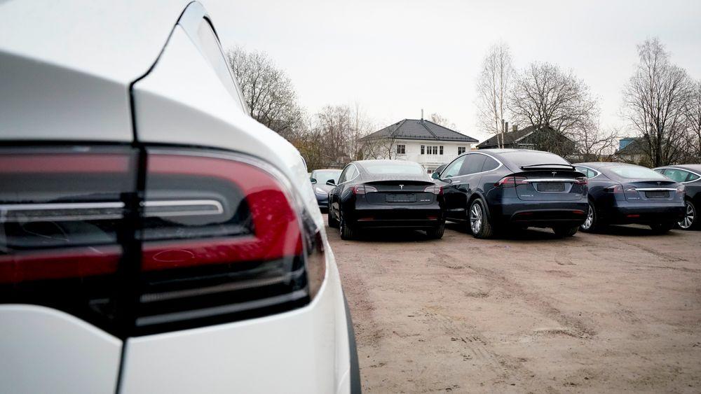 Diverse Tesla-modeller står linet opp på utleveringssenteret til Tesla ved Norges Varemesse på Lillestrøm.