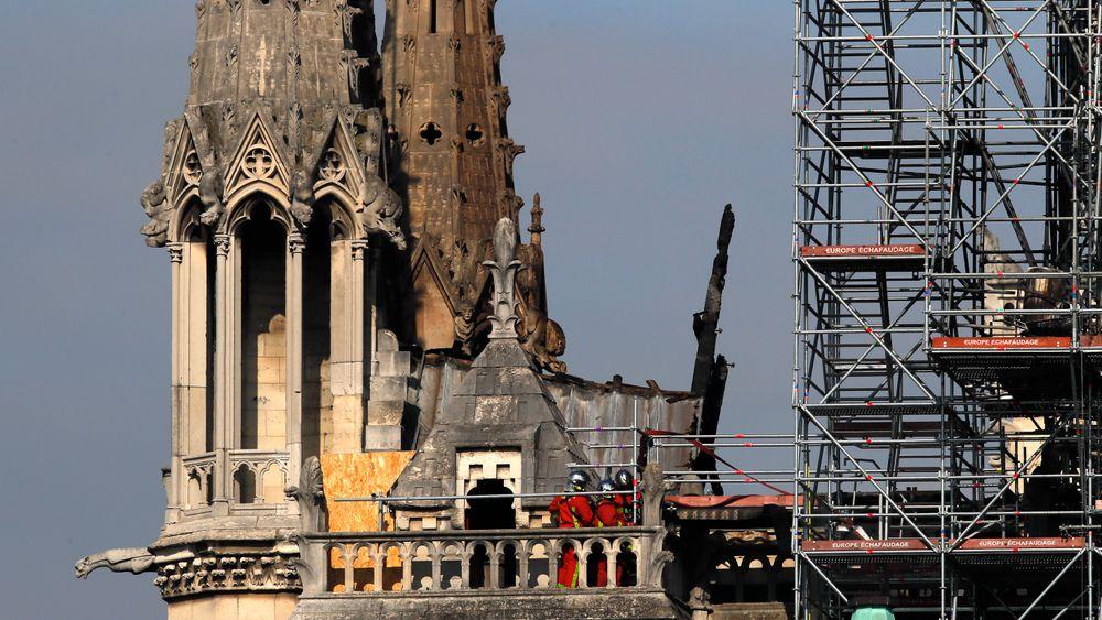 Ett av selskapene som jobbet med restaureringen av Notre-Dame, innrømmer at noen av de ansatte brøt forbudet mot å røyke på stedet, men sier dette ikke forårsaket den voldsomme brannen i påsken.