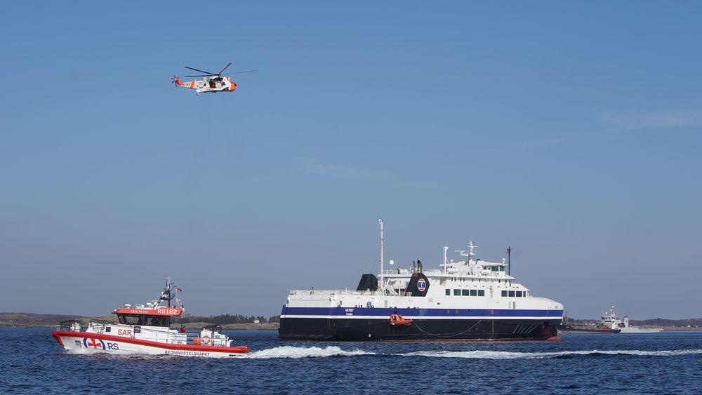 Luftforsvarets Sea King redningshelikopter og en av Redningsselskapets båter ved passasjerfergen MF Værøy. Øvelse Nord er Norges største kriseøvelse.