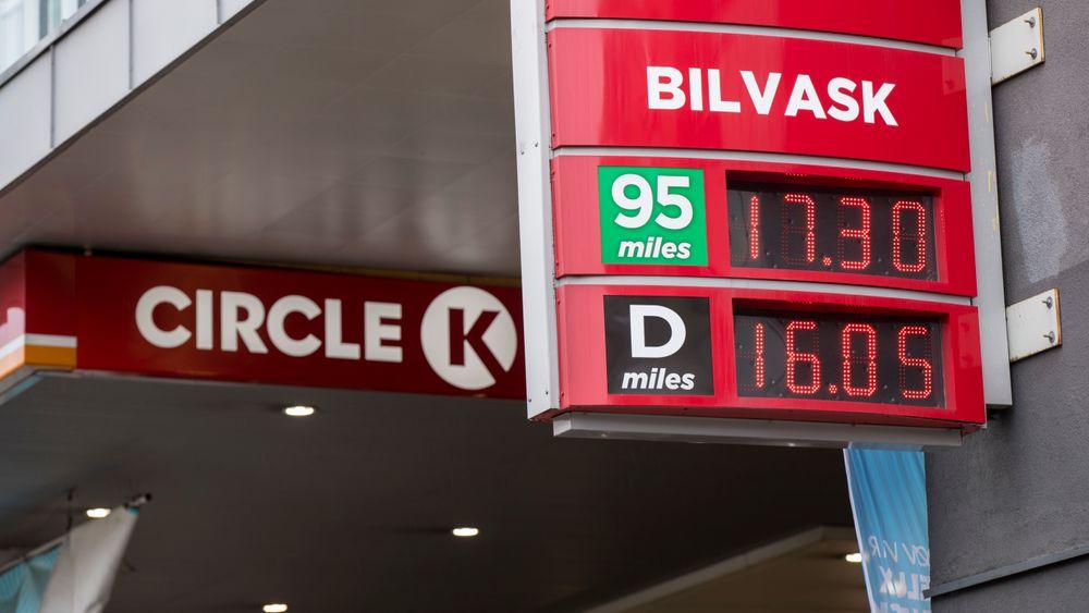 Torsdag satte Circle K-kjeden sin veiledenede bensinpris opp til 17,24 kroner. Det er ny norsk rekord. Bensinprisen på Circle K ved Alexander Kiellands plass var enda litt høyere.