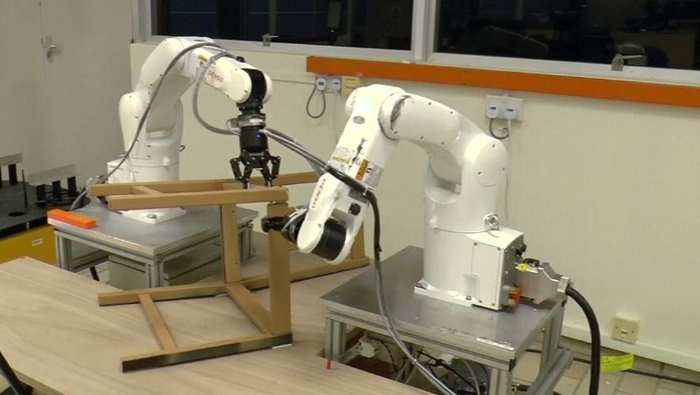 OECD tror hver syvende jobb kan være overtatt av roboter om 20 år. Disse robotene setter sammen Ikea-møbler.