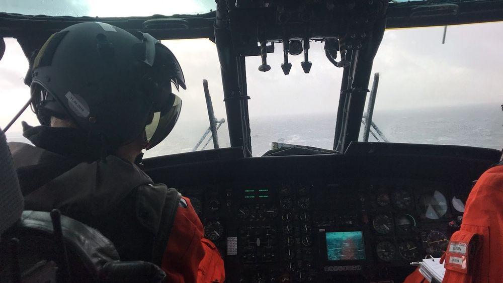 Sea-King helikopter med 330-skvadronen fra Ørstad flyr inn mot cruiseskipet «Viking Sky» som har motorhavari i hardt vær. Om bord er 1373 personer.
