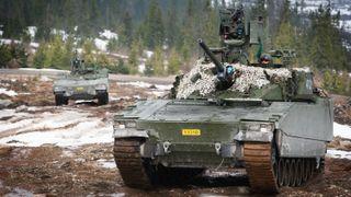 Hæren demonstrerte de nye CV90-panservognene med skarpskyting på Rena