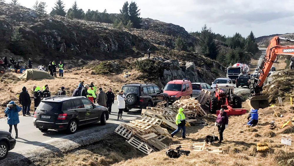 Demonstranter hindret Trønderenergis vindkraftutbygging på Frøya, og nå er utbyggingen stoppet av kommunestyret. Det gir dårlig forutsigbarhet for investorene, mener KLP.