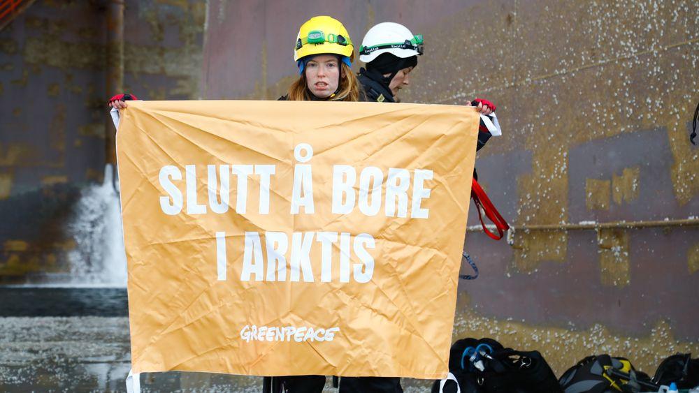 Her går Greenpeace-aktivister om bord oljeriggen West Hercules mandag 29. april.