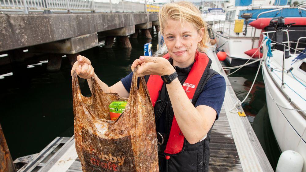 Stipendiat Imogen Napper ved Universitetet i Plymouth viser fram en av plastposene som ble testet i studien.