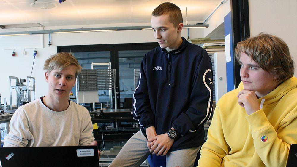 Herman Green Dahle (t.v), Djordje Veljkovic og Henrik Vevatnet holder på å programmere en dronemotor.
