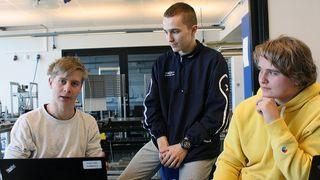 Herman Green Dahle (t.v), Djordje Veljkovic og Henrik Vevatnet holder på å programmere en drone.