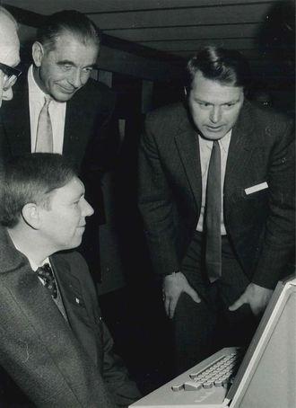 Fra innvielsen av UNIVAC 1110-maskinen til Universitetet i Bergen i 1973. Sittende ved terminalen Magne Lerheim, stående bak: Ernst Selmer og Kåre Bjørnenak.