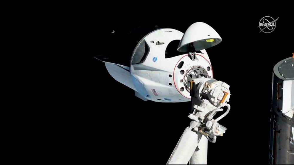 Et bilde fra 3. mars viser en Crew Dragon-kapsel fra selskapet SpaceX ved Den internasjonale romstasjonen. Den vellykkede testturen foregikk uten mannskap. Det er nå bekreftet at en slik romkapsel ble fullstendig ødelagt i en eksplosjon på Cape Canaveral 20. april.