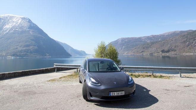 Salget av Tesla Model 3 går så det gviner. Men i april ble det registrert færre eksemplarer enn i februar.