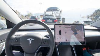 Minimalistisk interiør i Tesla Model 3.