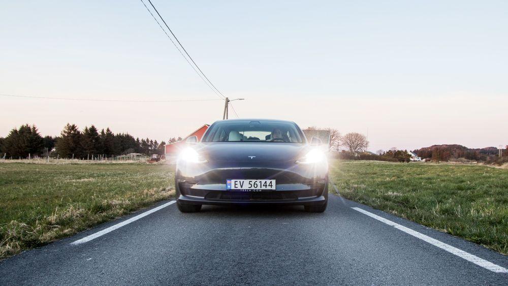 Tesla Model 3 får neppe sitte på elbiltronen som i 2019.