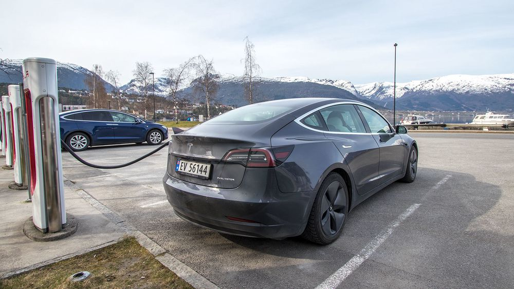 Tesla Model 3 på en ladestasjon.
