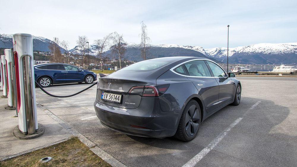 Tesla Model 3 på en Supercharger i Sandane i Nordfjord.